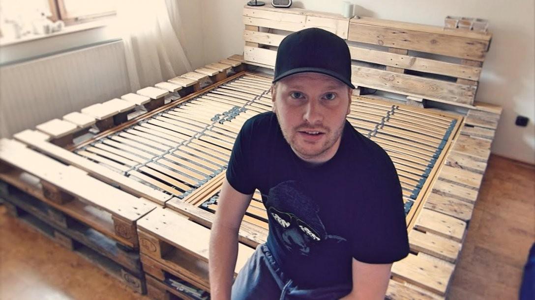 Doppelbett Selber Bauen (Aus Europaletten)  Youtube von Bett Aus Europaletten 180X200 Bild