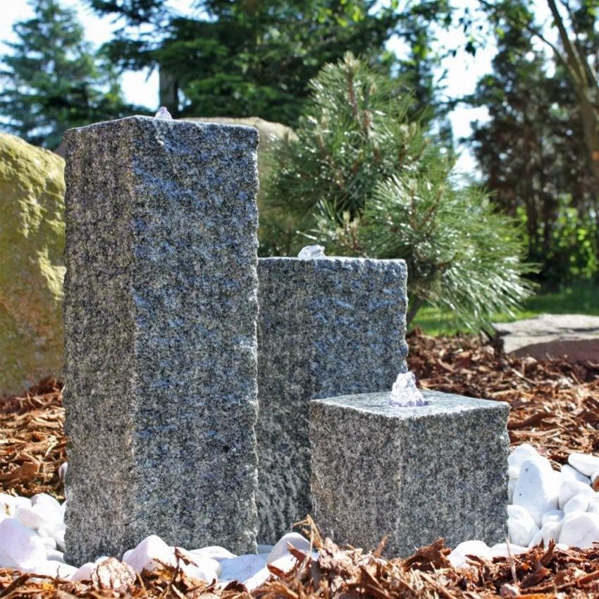 Granit Springbrunnen Mit 3 Säulen Säulenbrunnen Led Beleuchtung von Steinsäulen Für Den Garten Bild