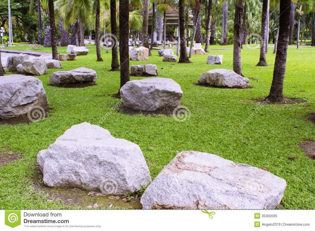 Große Steine Gelegt In Den Garten Stockbild  Bild Von Mehrfarben von Große Steine Für Garten Bild