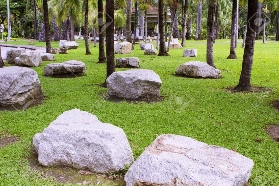 Große Steine Im Garten Platziert Lizenzfreie Fotos Bilder Und von Große Steine Garten Photo
