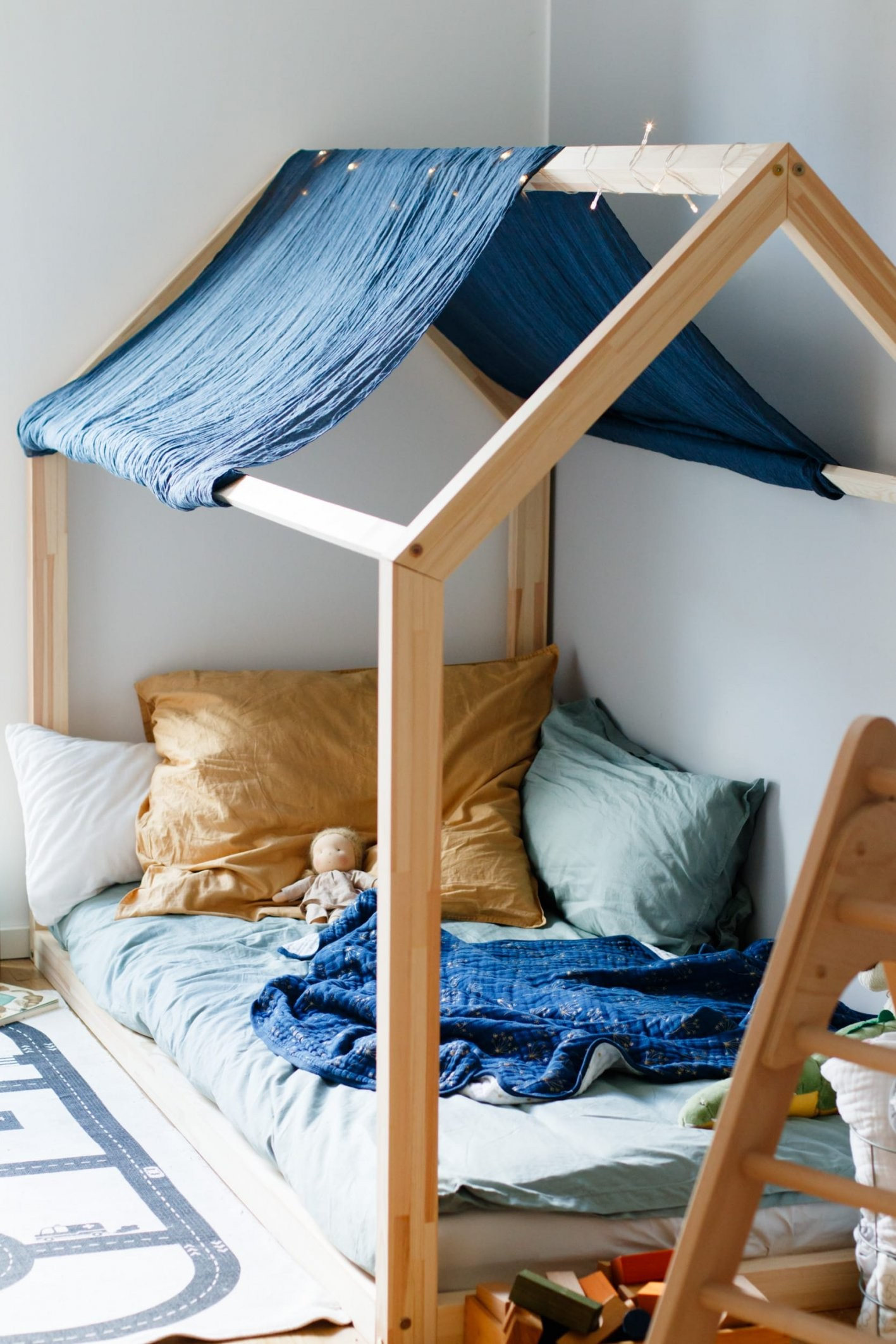 Hausbett Für Kinder  Floor Bed Nach Maria Montessori von Matratze Statt Bett Bild