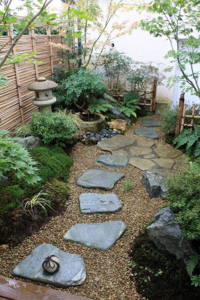 Kleiner Japanischer Garten Steine Kies Landschaft Moos Bepflanzung von Kleiner Japanischer Garten Photo