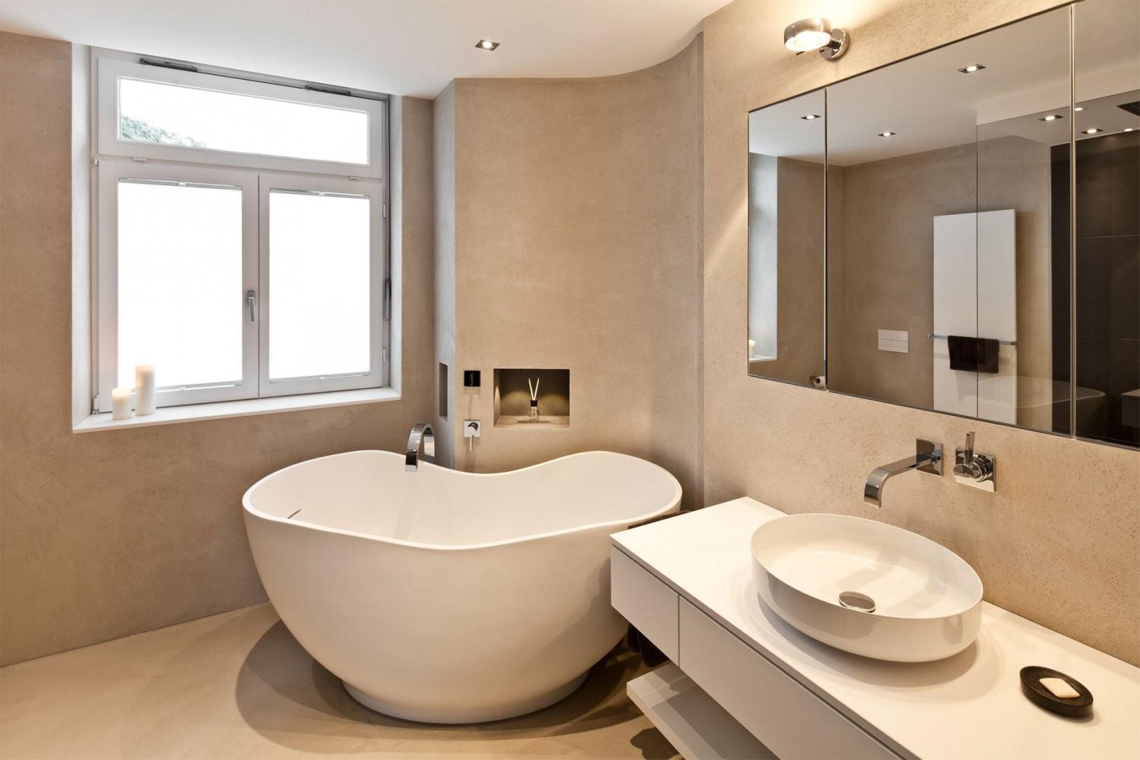 Kleines Badezimmer Mit Freistehender Badewanne  Raumfabrik von Kleines Bad Freistehende Badewanne Photo