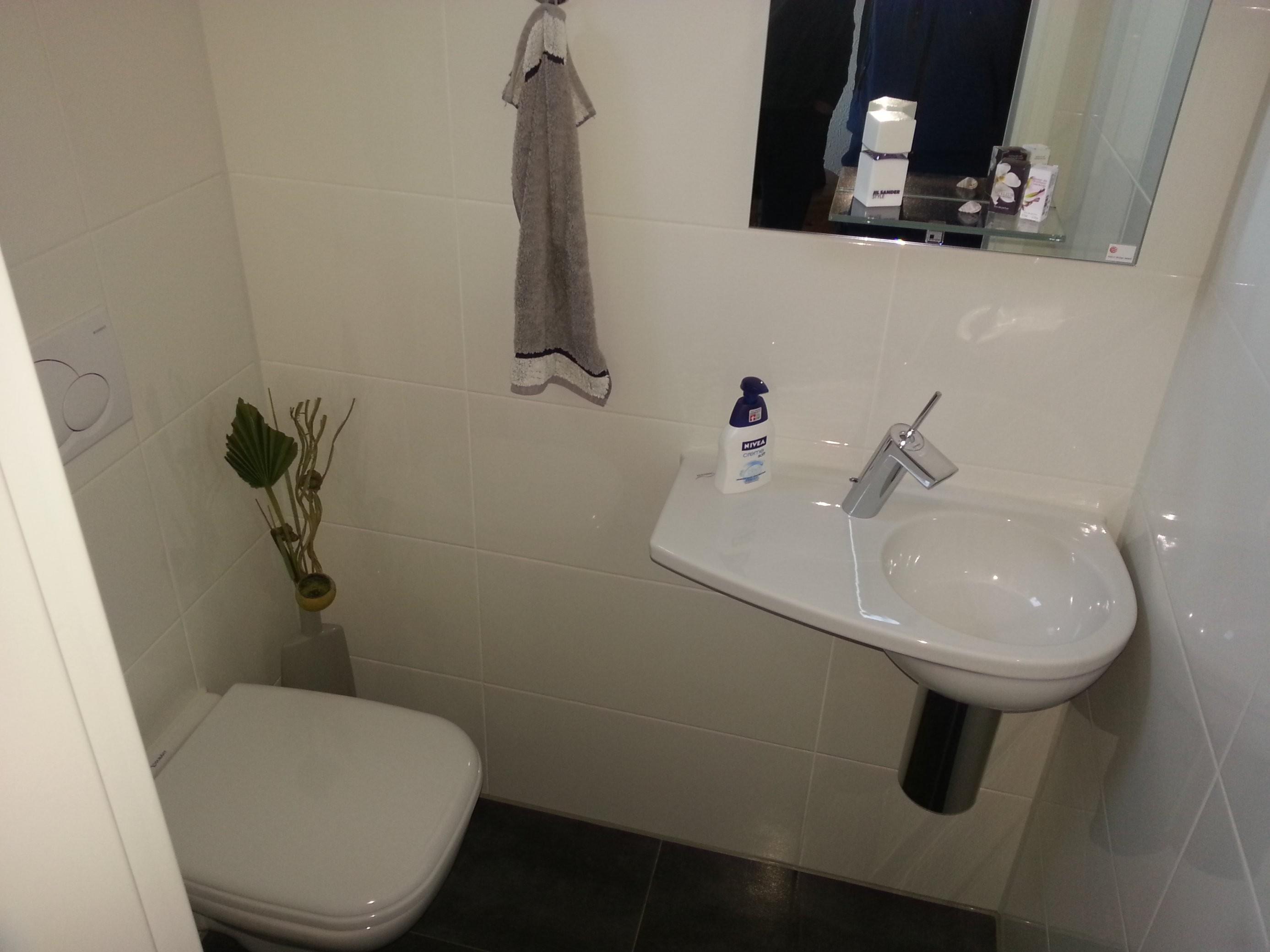 Kleines Waschbecken Mit Unterschrank Für Gäste Wc Jenseits Des von Waschbecken Kleines Gaeste Wc Bild