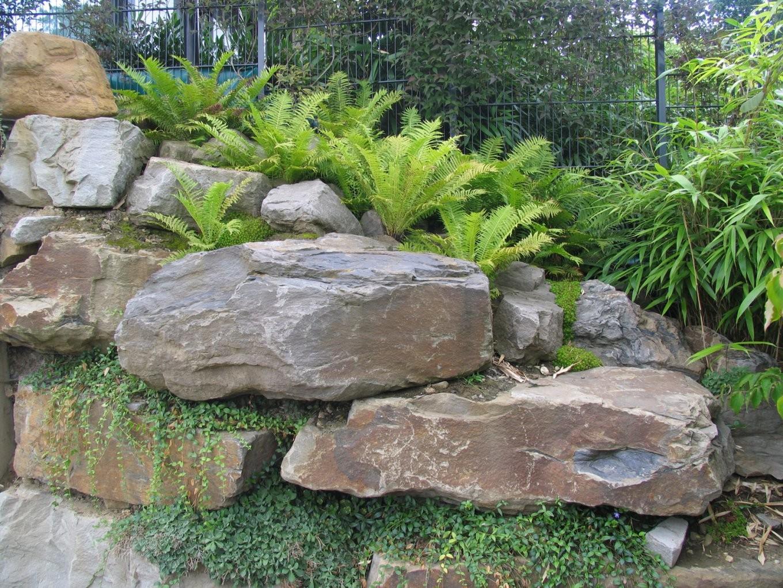Natursteinarbeiten Mit Großen Brocken Felsengestaltung von Große Steine Für Den Garten Photo