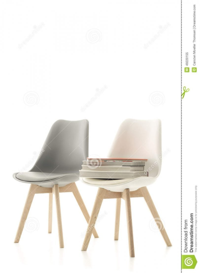 Zwei Moderne Stühle Mit Einem Stapel Von Büchern Stockbild  Bild von Moderne Esszimmerstühle Günstig Photo