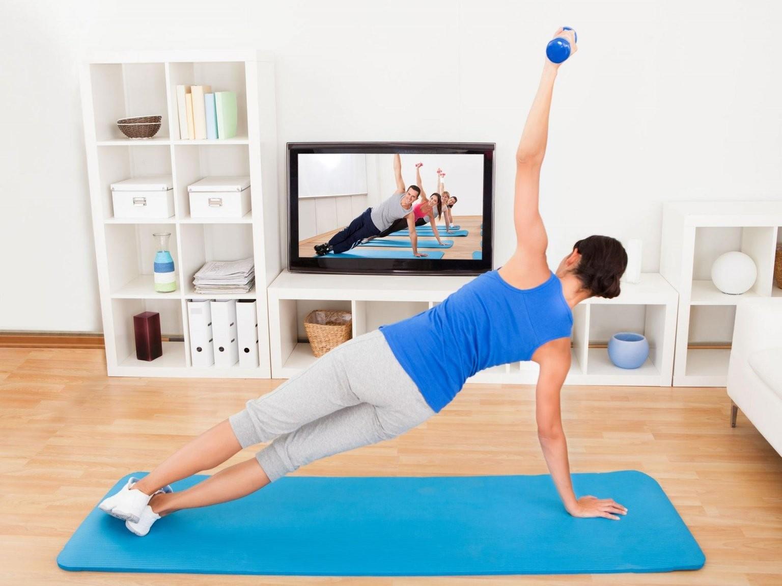 Aerobic Für Zu Hause Fitness Vor Dem Fernseher von Aerobic Für Zu Hause Photo