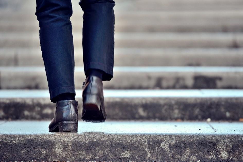 Auf Und Nieder – Knieschmerzen Beim Treppensteigen von Knieschmerzen Beim Treppen Runtergehen Bild