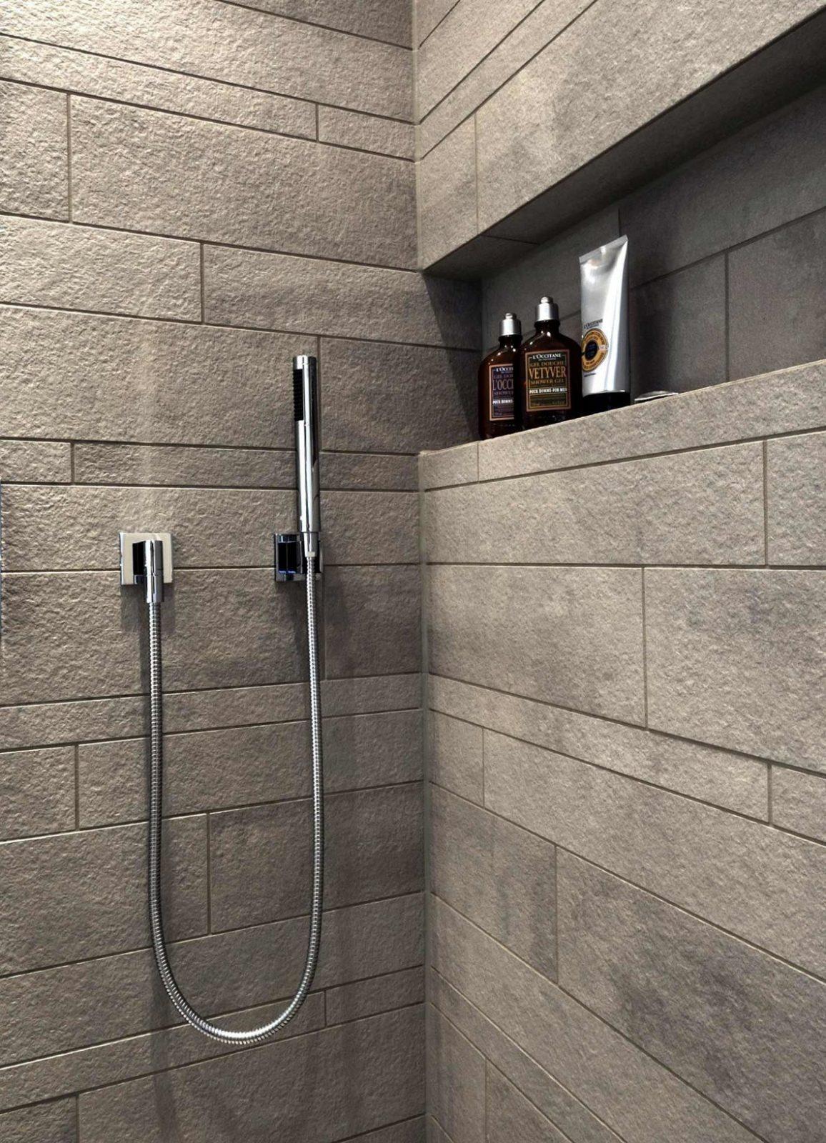Ausschnitt Der Dusche Mit Grauen Fliesen In Steinoptik Nische Für von Fliesen In Steinoptik Für Dusche Photo