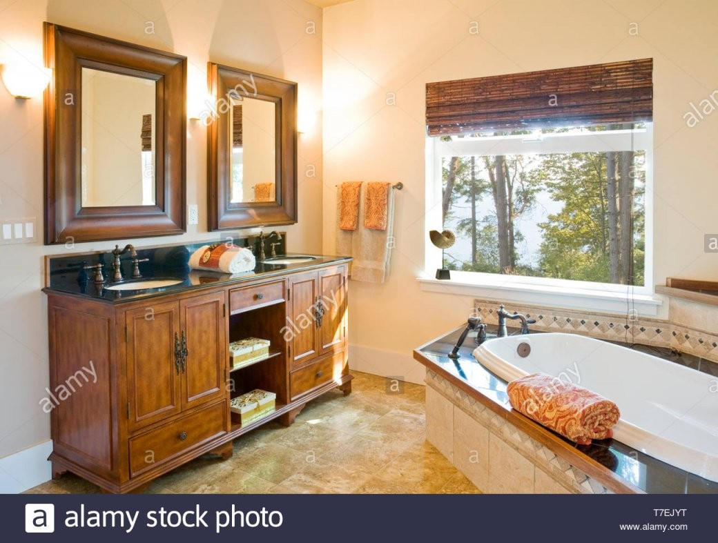 Badewanne Surround Stockfotos  Badewanne Surround Bilder  Alamy von Badewanne In Holz Einfassen Photo