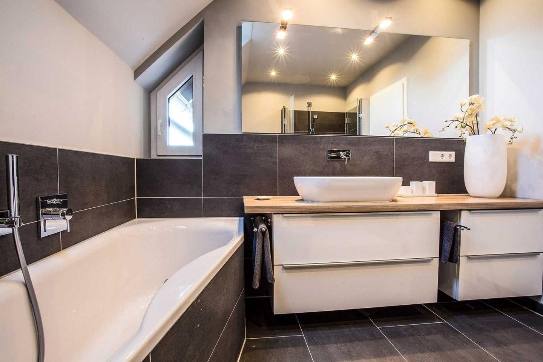 Badezimmer Grau Weiß Holz  Badezimmer  Badezimmer Bad Und von Bad Grau Weiß Gefliest Bild
