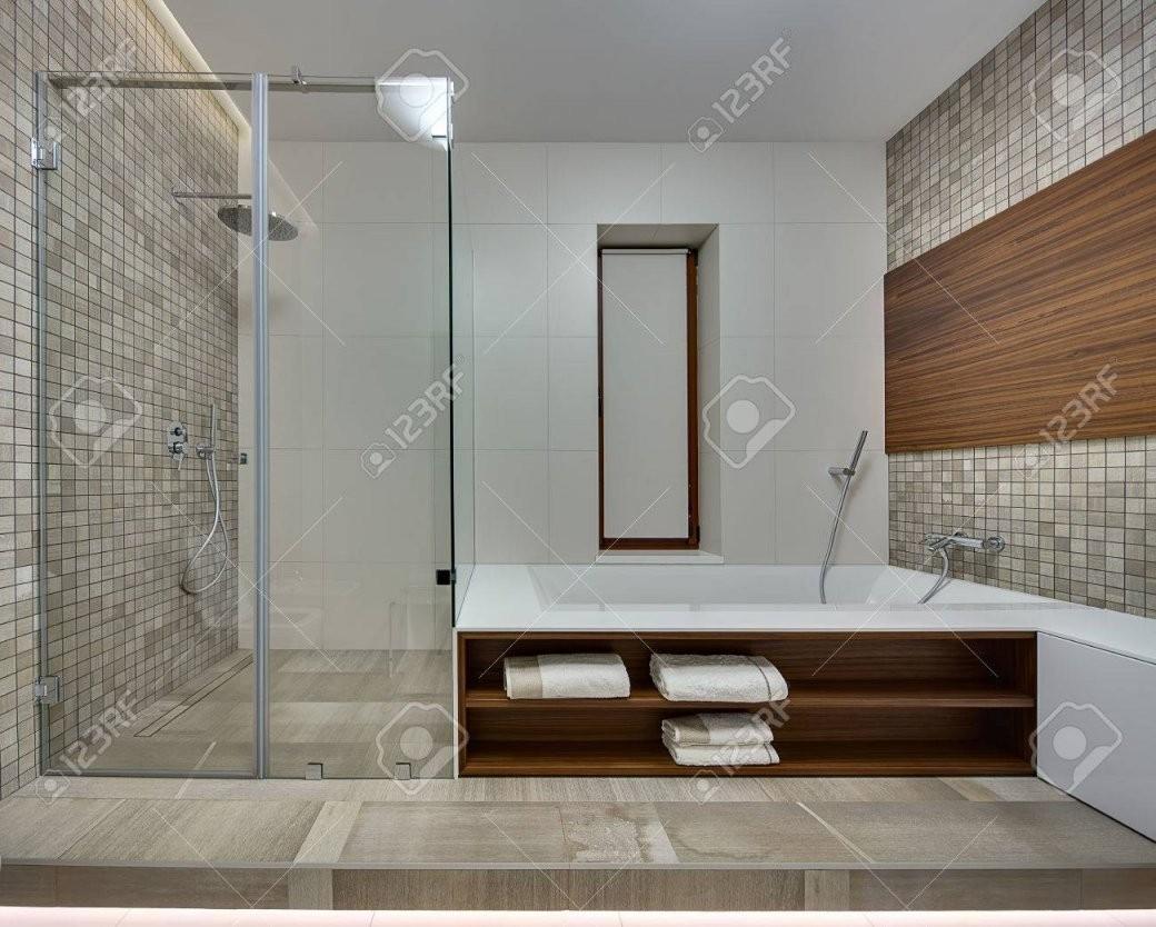 Badezimmer In Einem Modernen Stil Mit Hellen Fliesen An Der Rückwand von Moderne Bäder Mit Holz Photo