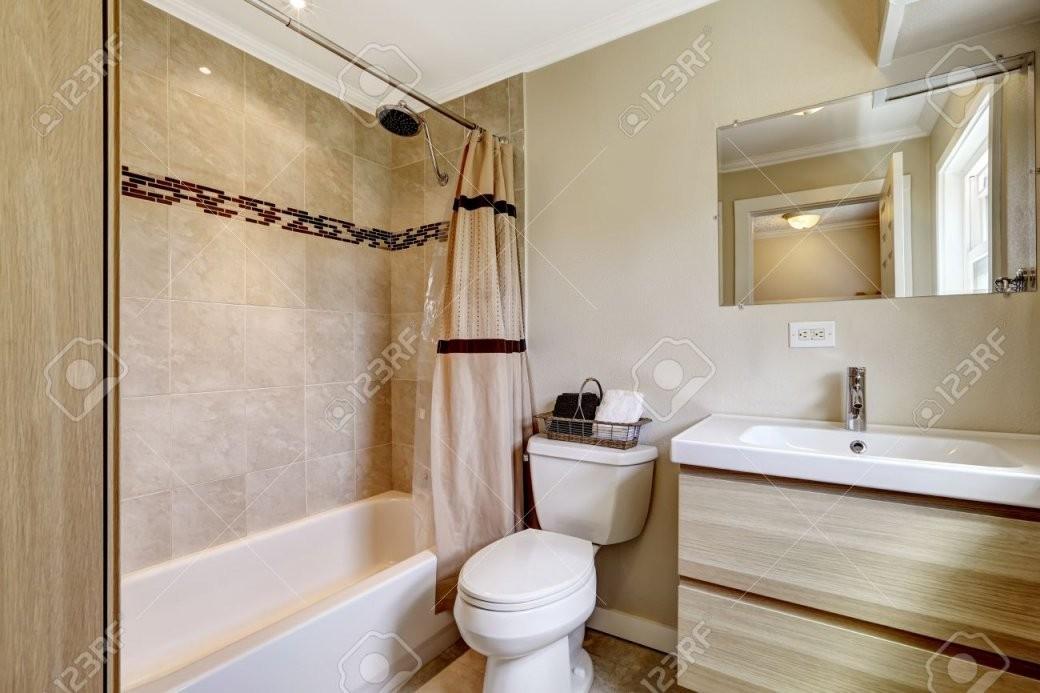 Badezimmer Mit Beige Fliesen Verkleidung Und Pfirsich Vorhang von Moderne Badezimmer Fliesen Beige Bild