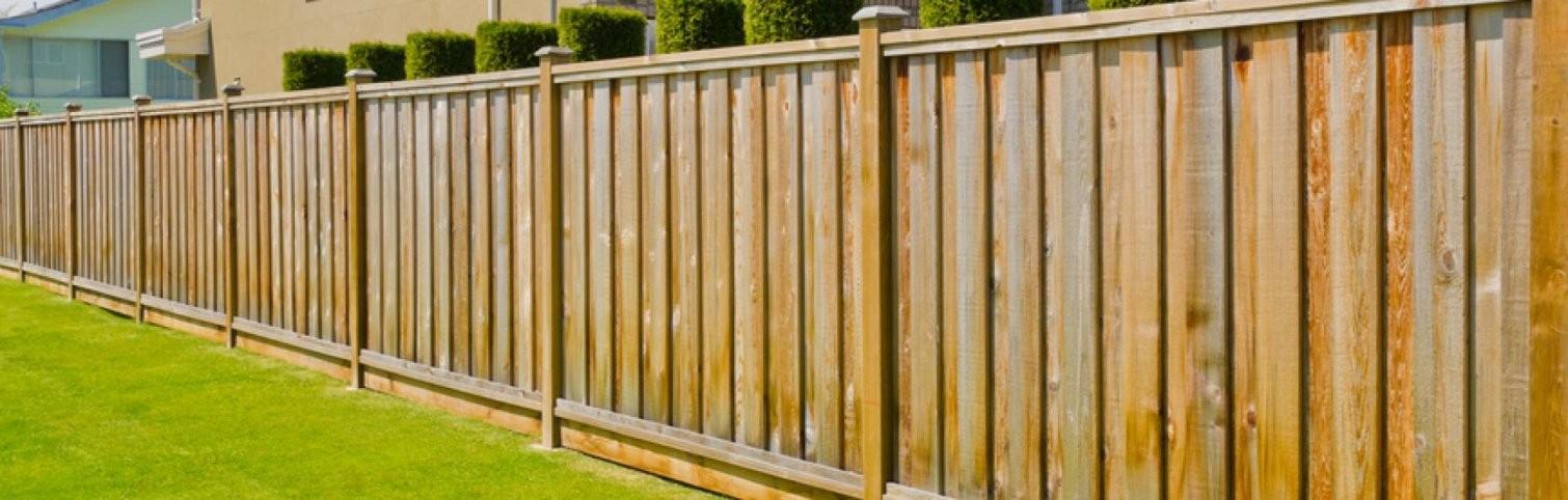 Bauen Sie Ihren Eigenen Zaun Oder Sichtschutz von Holzzaun Am Hang Bauen Photo