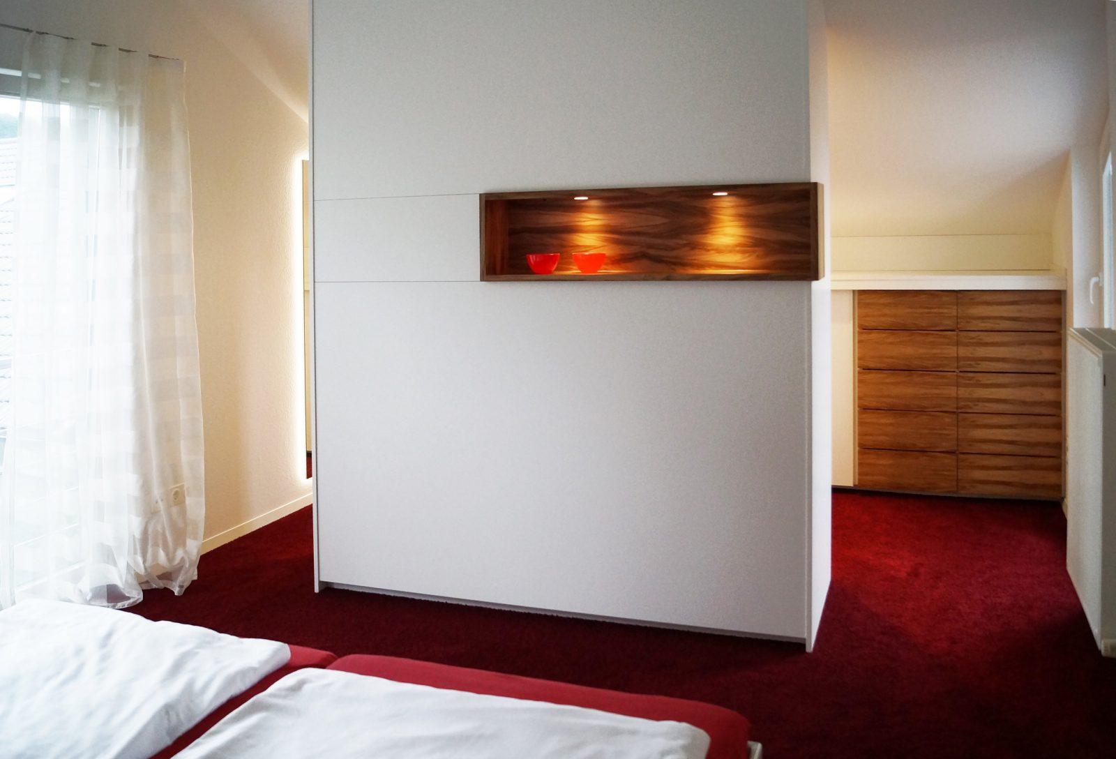 Begehbarer Kleiderschrank von Begehbarer Kleiderschrank Kleines Schlafzimmer Bild