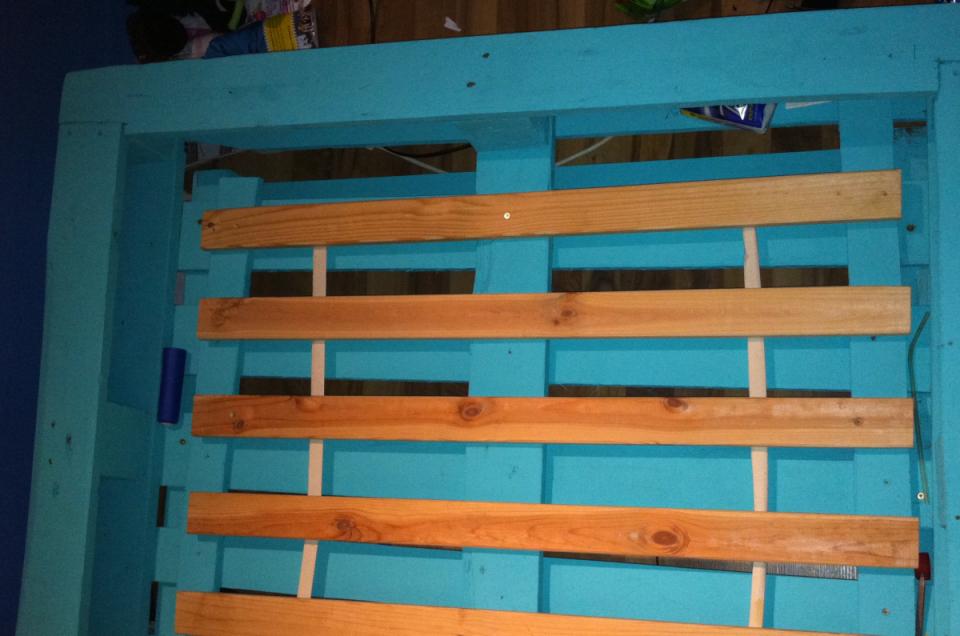 Bett Aus Europaletten Einfache Variante  Palettenbett Und von Europaletten Bett Mit Lattenrost Bild