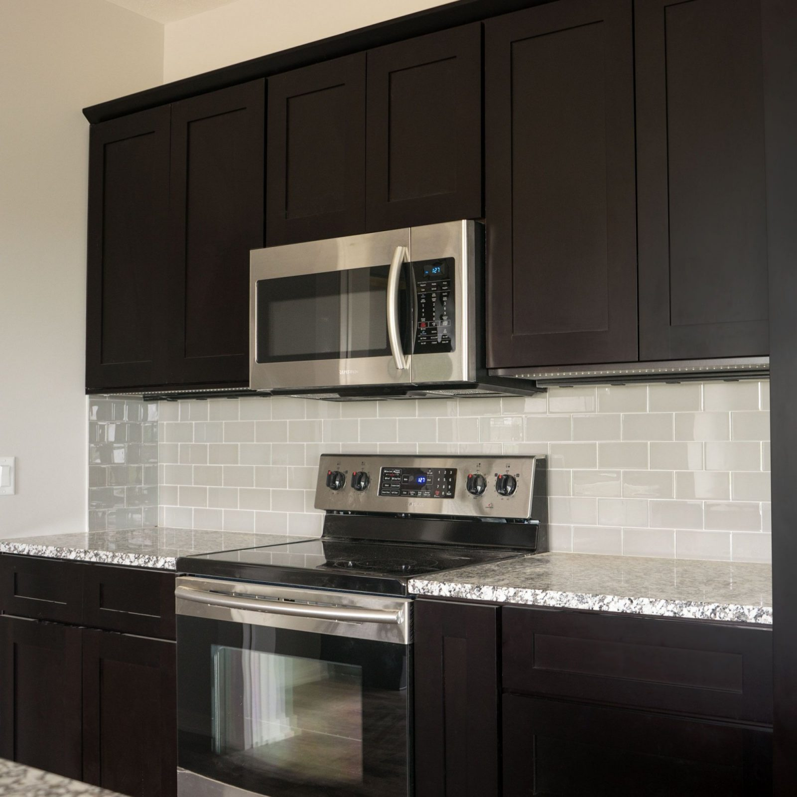 Cool Andino White Granite For Your Kitchen Countertop Design Andino von Backsplash For Espresso Cabinets Bild