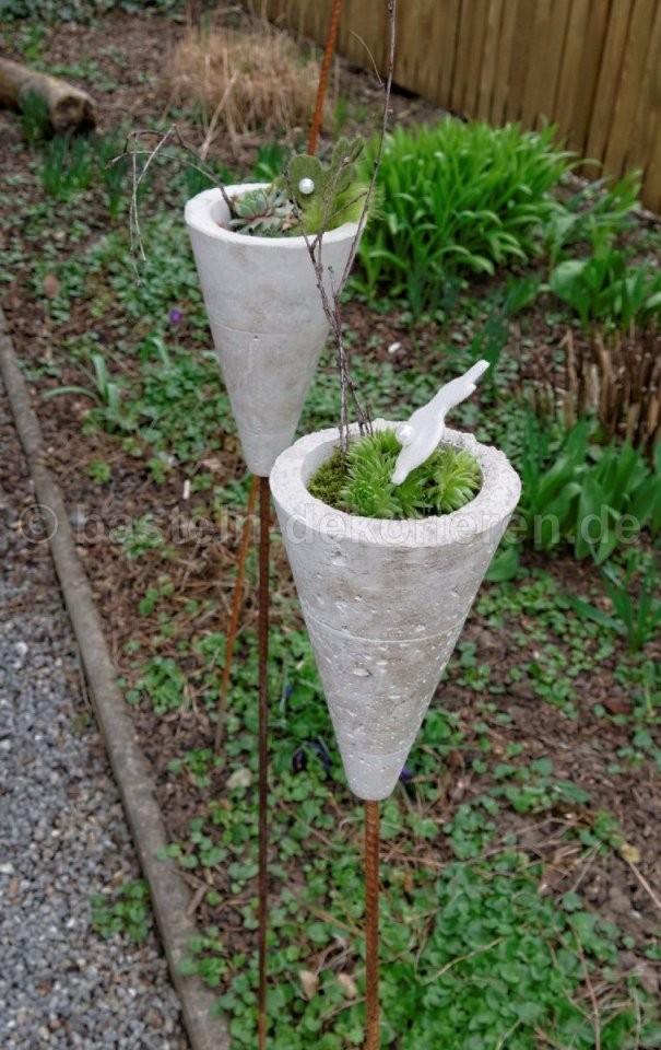 Deko Aus Beton Für Den Garten Gartenstecker Aus Beton Dekoriert Mit von Gartendeko Aus Beton Selbstgemacht Photo
