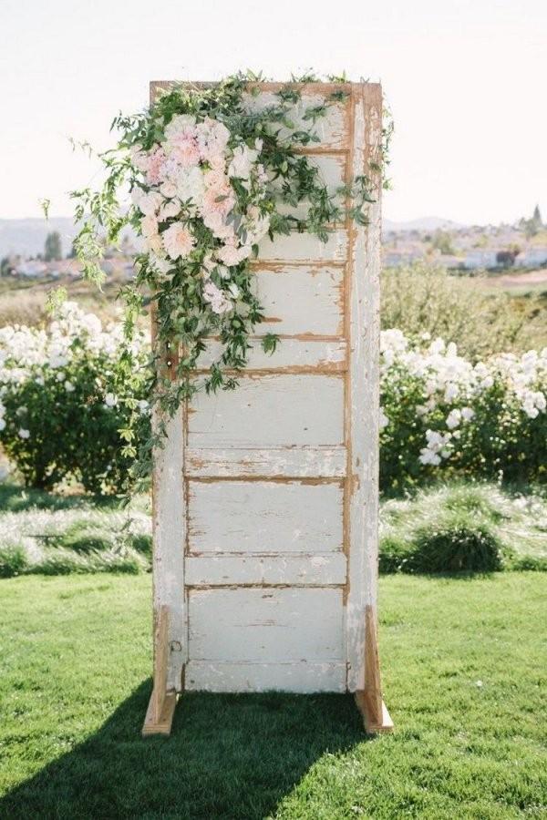 Deko Für Rustikale Hochzeit  Alte Tür Und Blumenschmuck  Garten von Ideen Mit Alten Türen Bild