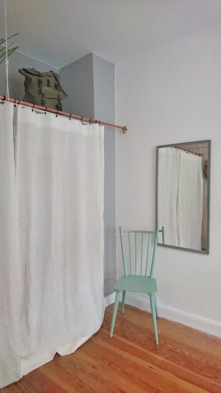 Diykleiderschrank Mit Vorhang Statt Türen Und Einem von Schrank Vorhang Statt Tür Bild