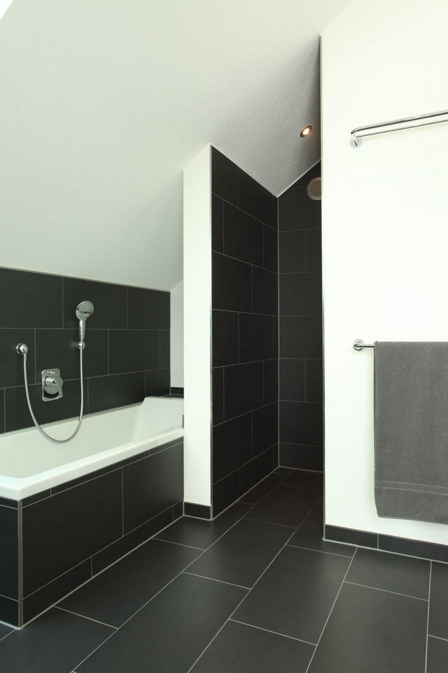 Duschnische Und Badewanne Mit Dunklen Fliesen  Einfamilienhaus von Dunkle Fliesen Wohnzimmer Bilder Photo