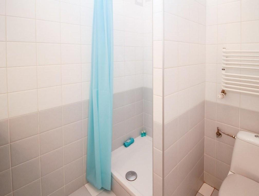 Duschvorhang Waschen Das Ist Bei Verfärbungen Und Rändern Zu Tun von Stockflecken Entfernen Stoff Hausmittel Bild