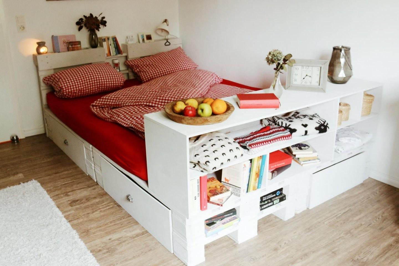 ᐅ Palettenbett Selber Bauen  Kaufen  Europaletten Bett von Europaletten Bett Mit Lattenrost Photo