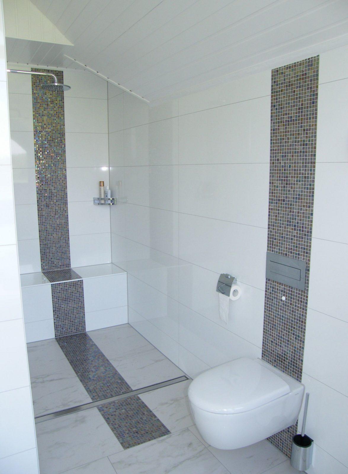 Ebenerdige Dusche Im Familienbad  Fürdőszoba  Badezimmer Bad Und von Mosaik Fliesen Dusche Boden Photo