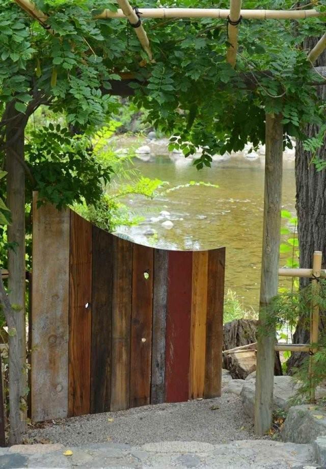Ein Buntes Gartentor Aus Alten Paletten Bauen  Garten  Gartentore von Gartentor Aus Holz Selber Bauen Photo