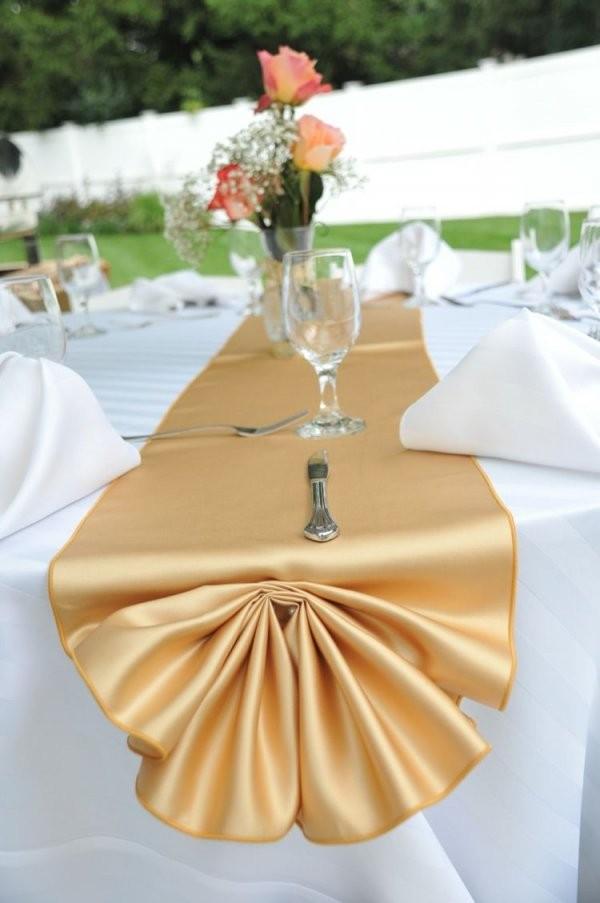 Ein Goldener Tischläufer Peppt Die Sonst Schlichte Tischdeko Auf von Tischdeko Zur Goldenen Hochzeit Photo