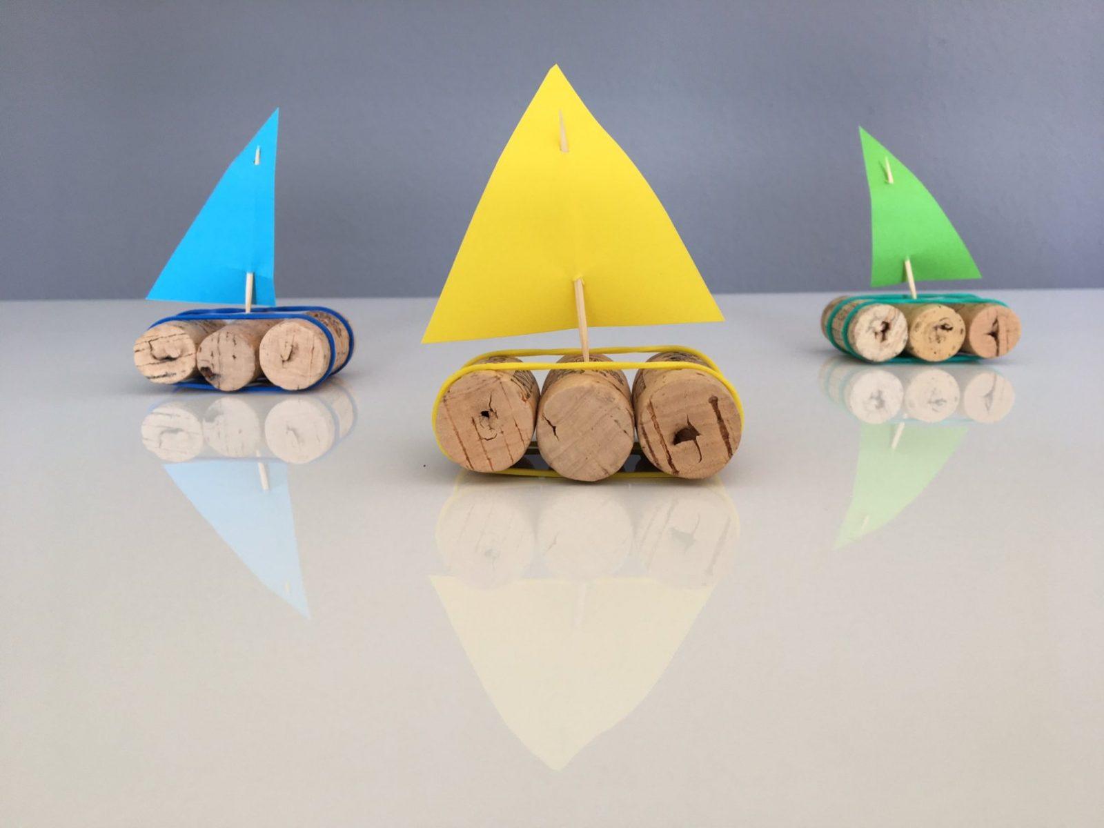 Ein Korkschiff Basteln  Babymarkt Ratgeber von Boote Basteln Mit Kindern Photo