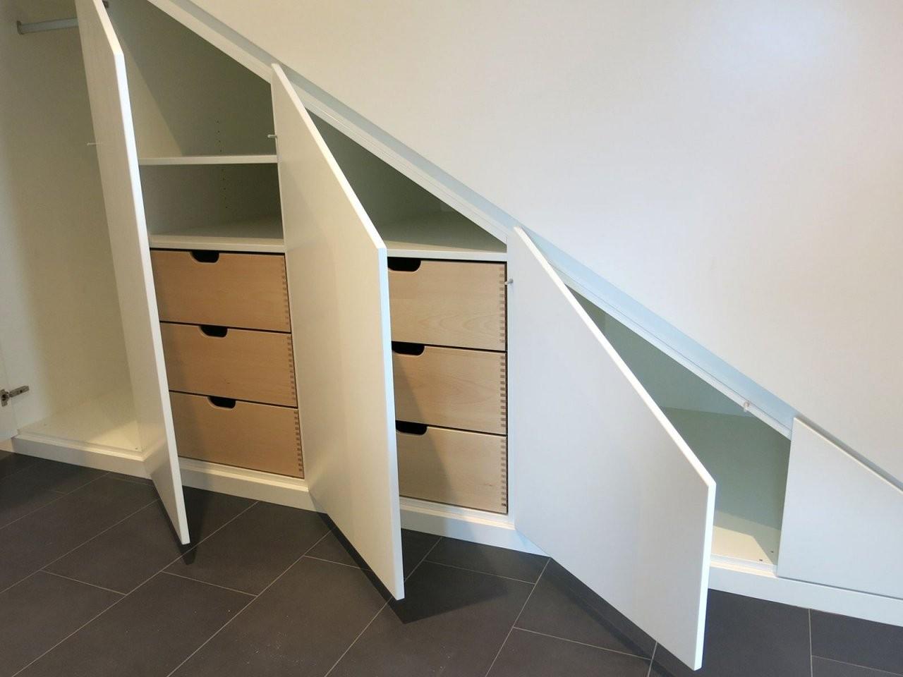Einbauschrank Für Eine Dachschräge Oder Unter Der Treppe Gefertigt von Regale Unter Der Treppe Bild