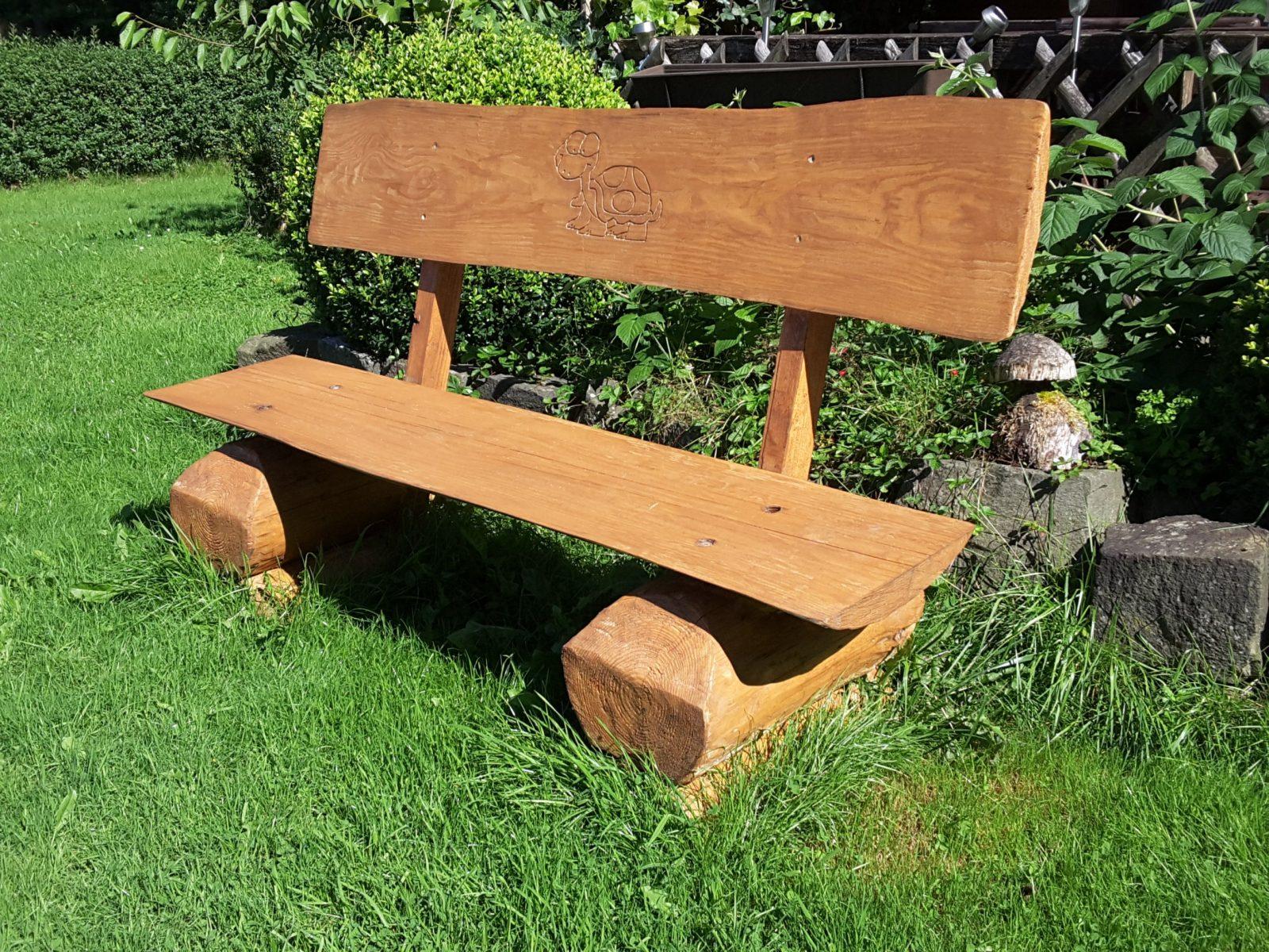 Eine Gartenbank Aus Holz Holzarten Eigenschaften Und Vorteile von Rustikale Gartenbank Aus Baumstämmen Bild