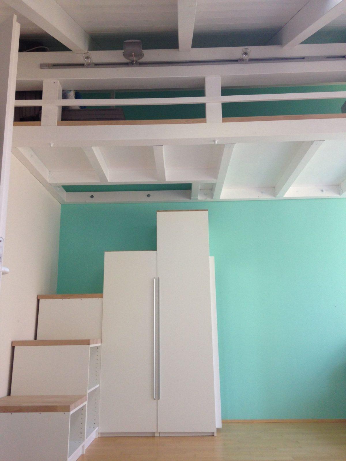 Emporehochbett Im Kinderzimmer Treppen Aus Alten Paxschränken Mit von Treppe Für Hochbett Kaufen Bild