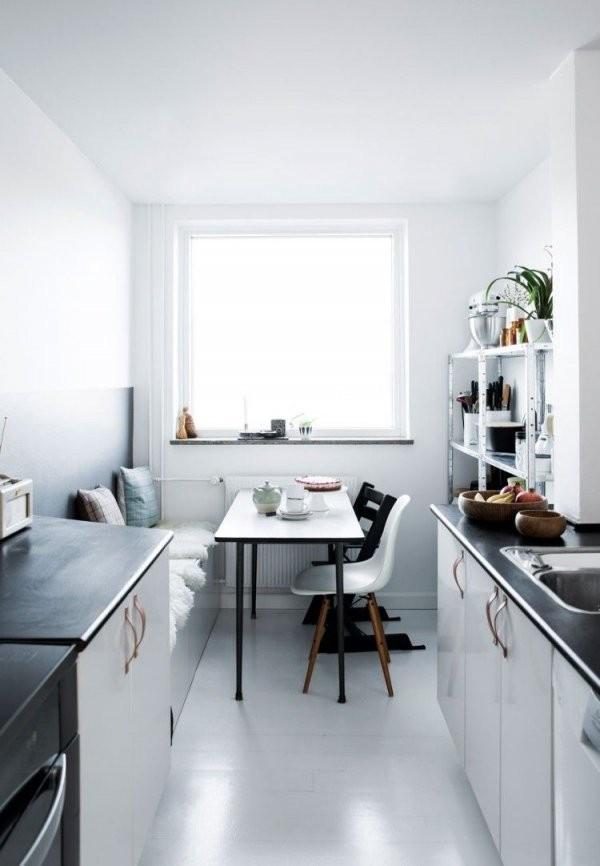 Essplatz In Der Skandinavischen Küche  Schwarz Und Weiß  Küche von Schmale Küche Mit Essplatz Bild