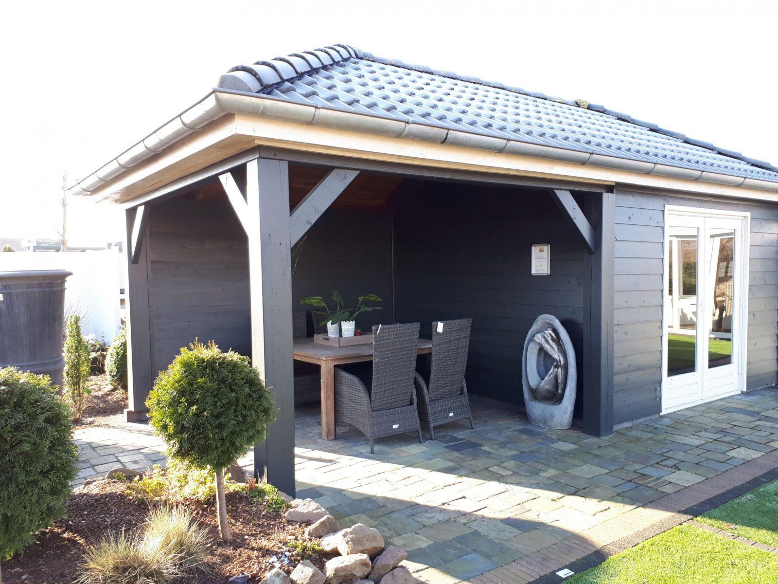 Exklusives Und Modernes Gartenhaus Mit Überdachung Mit von Moderne Gartenhäuser Aus Holz Bild