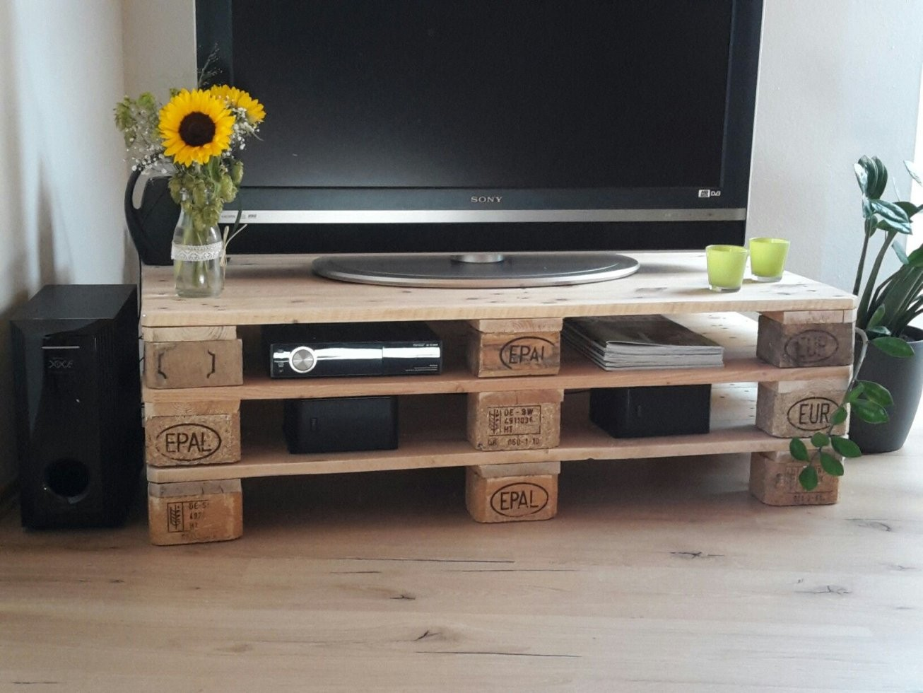 Fernsehtisch Aus Paletten Selbst Gemacht  Decoration In 2019 von Tv Board Selber Bauen Bild