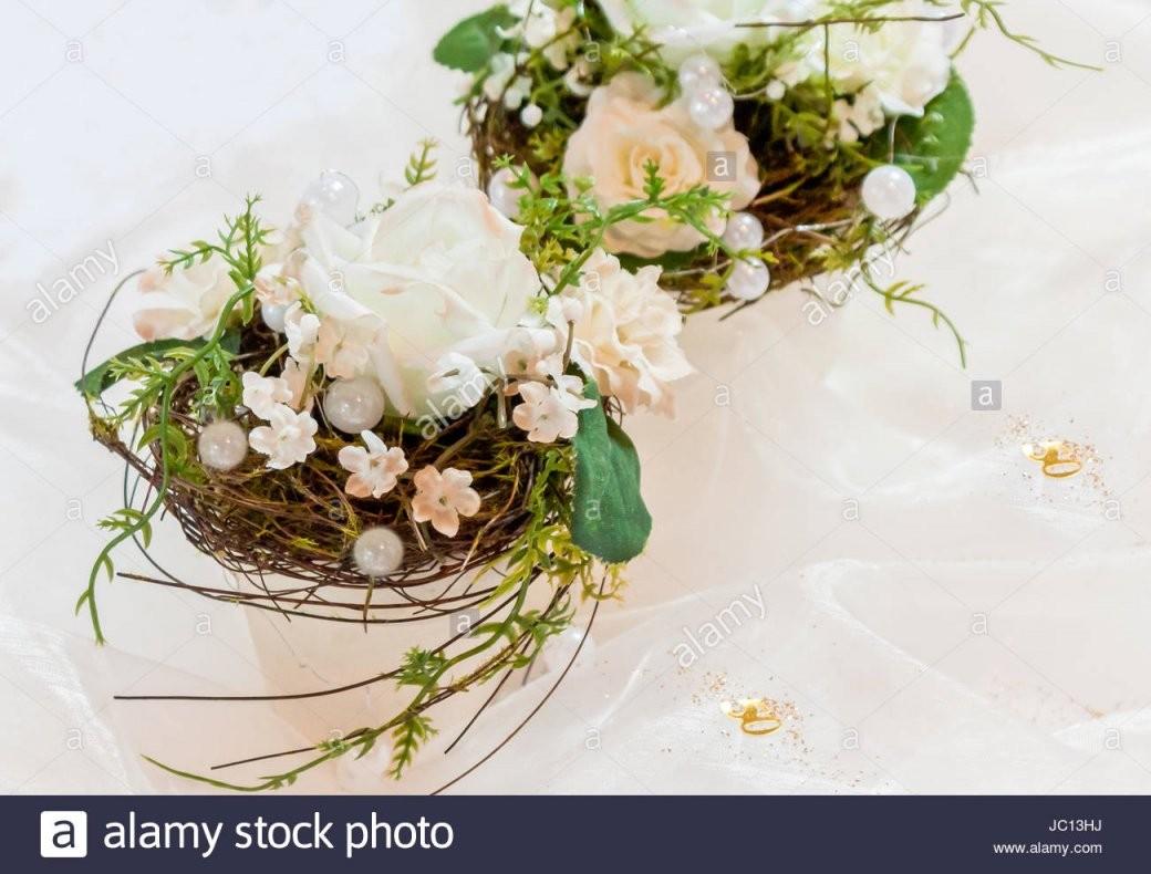 Festliche Tischdekoration In Cremeweiß Zur Goldenen Hochzeit Stock von Tischdeko Zur Goldenen Hochzeit Bild