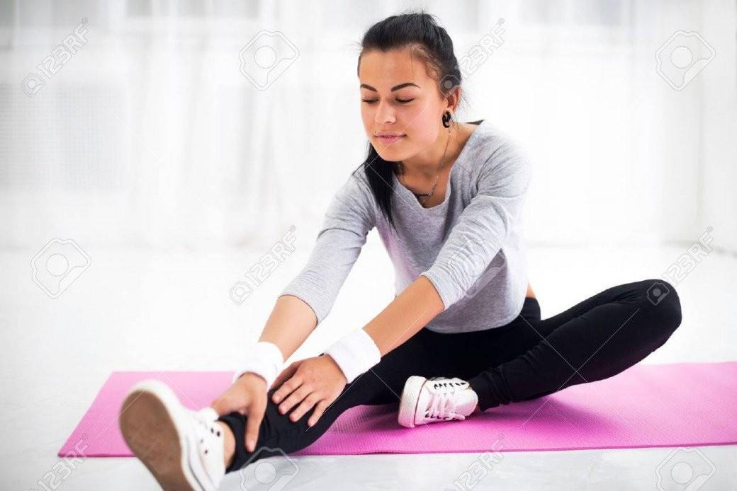 Fit Frau Macht Aerobicgymnastik Stretching Ihr Bein Und Zurück Nach von Aerobic Für Zu Hause Bild
