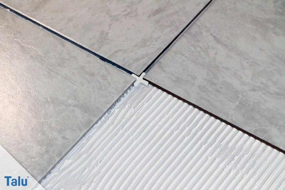 Fliesen Überstreichen  Bodenfliesen In Badküche Aufgefrischt  Talu von Kann Man Fußboden Fliesen Streichen Bild