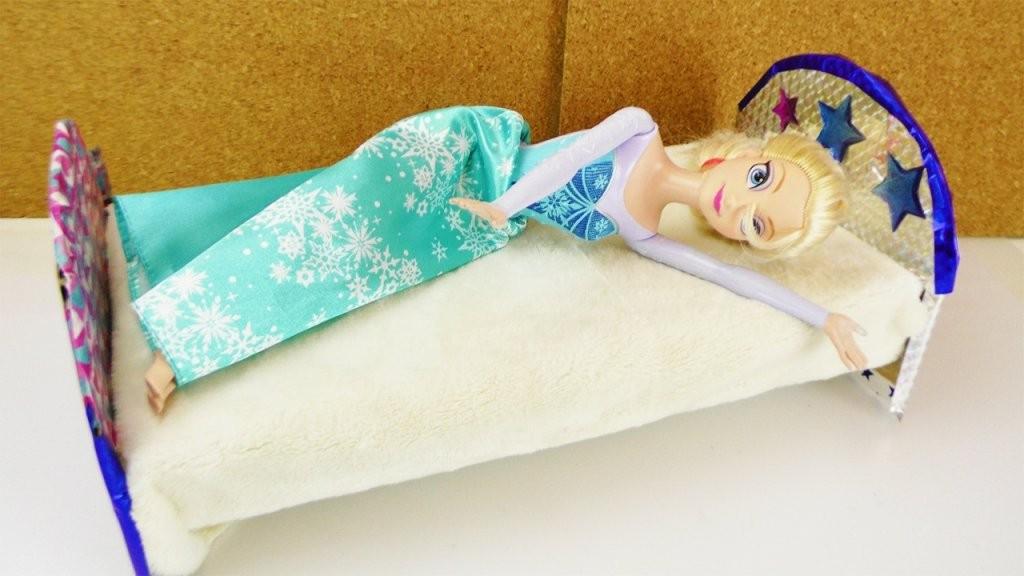 Frozen Eiskönigin Bekommt Ein Neues Bett  Barbie Bett Selber Machen von Barbie Bett Selber Bauen Bild