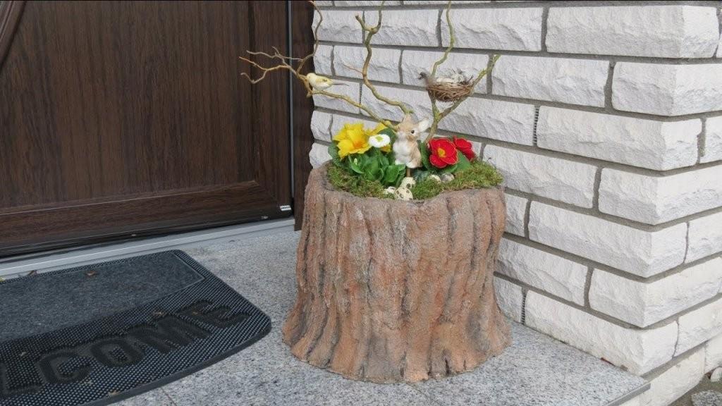 Frühling  Ostern Deko Mit Blumen  Dekoration Vor Der Haustür von Deko Ideen Vor Der Haustür Frühling Bild