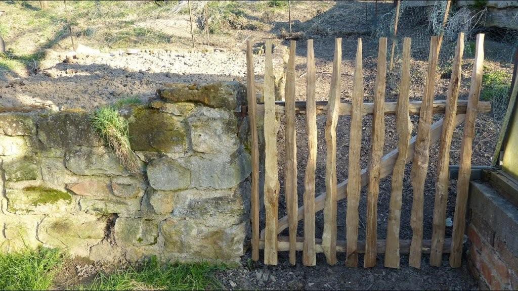 Gartengestaltung Gartentor Naturzaun  Holzzaun Selber Bauen  Youtube von Staketenzaun Tor Selber Bauen Bild