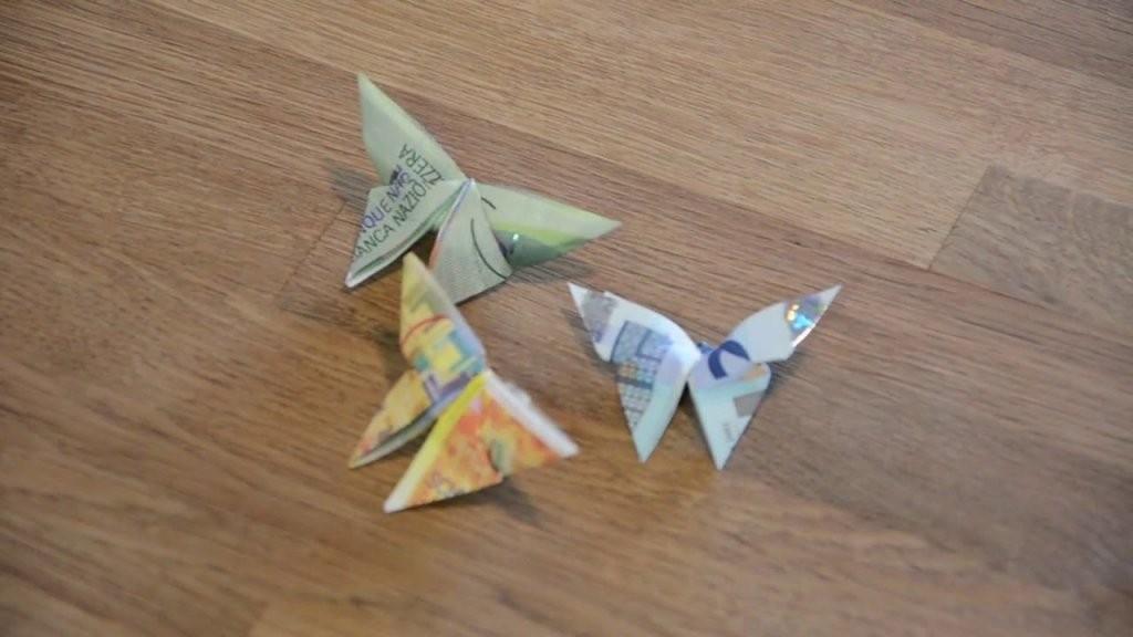 Geld Falten Einfach Blume Eine Schicke Geld  Blume Falten von Geldscheine Falten Blume Mit Einem Schein Bild