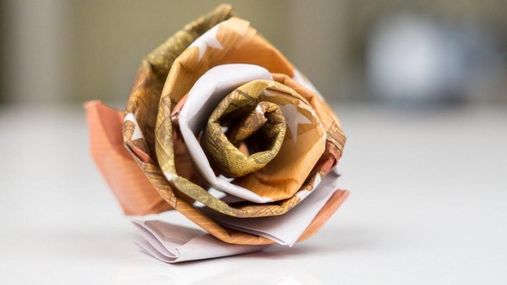 Geldgeschenk Idee Hochzeit  Rose Aus Geld Basteln  Youtube von Blumen Basteln Aus Geld Photo