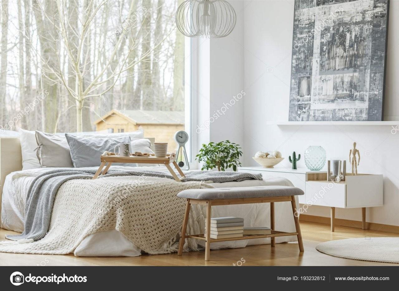 Gemälde Über Weißen Schrank Modernen Schlafzimmer Innenraum Mit von Bank Vor Dem Bett Photo