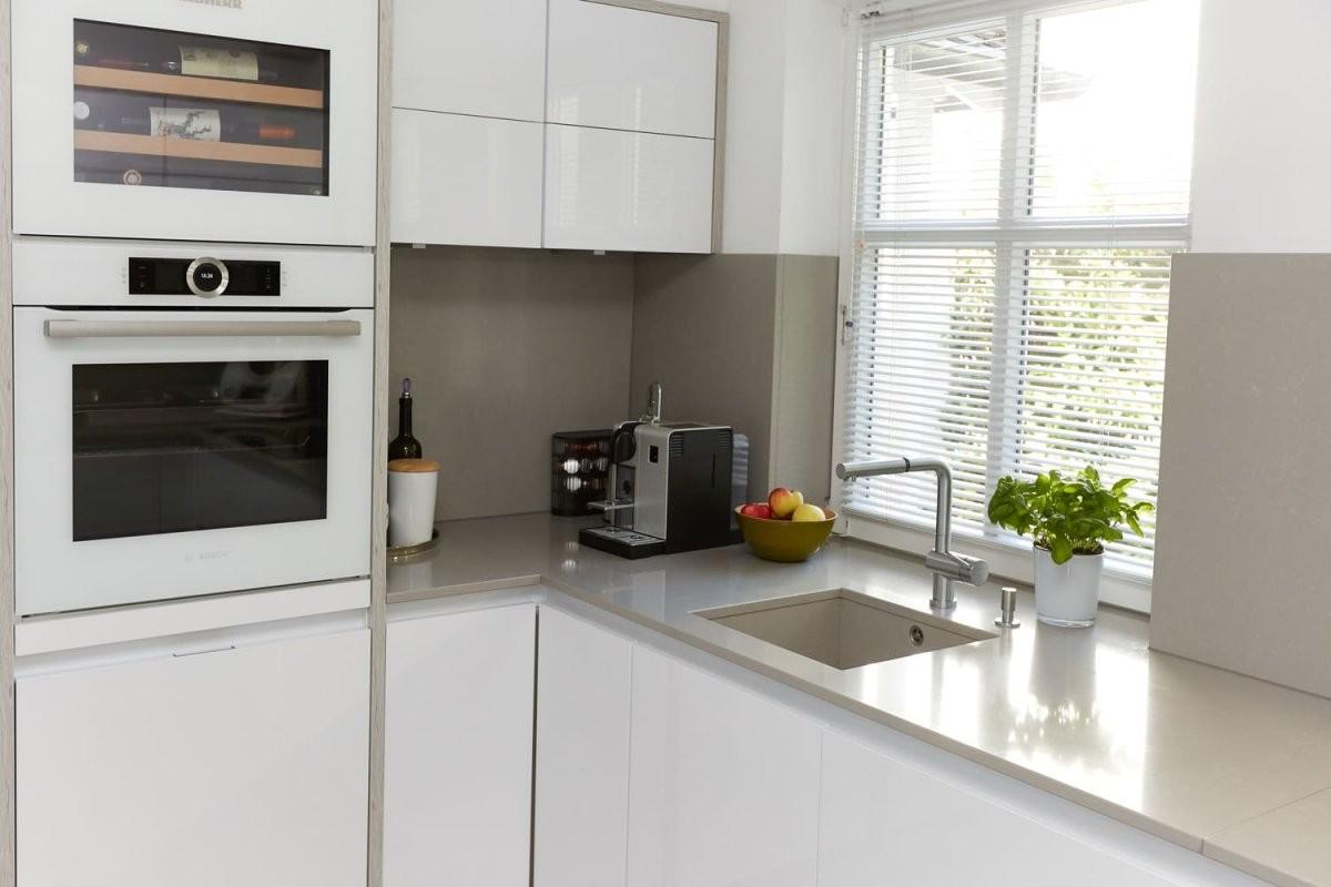 Gestaltung Weiße Küche Mit Heller Arbeitsplatte  Elha Service von Weiße Küche Mit Weißer Arbeitsplatte Photo