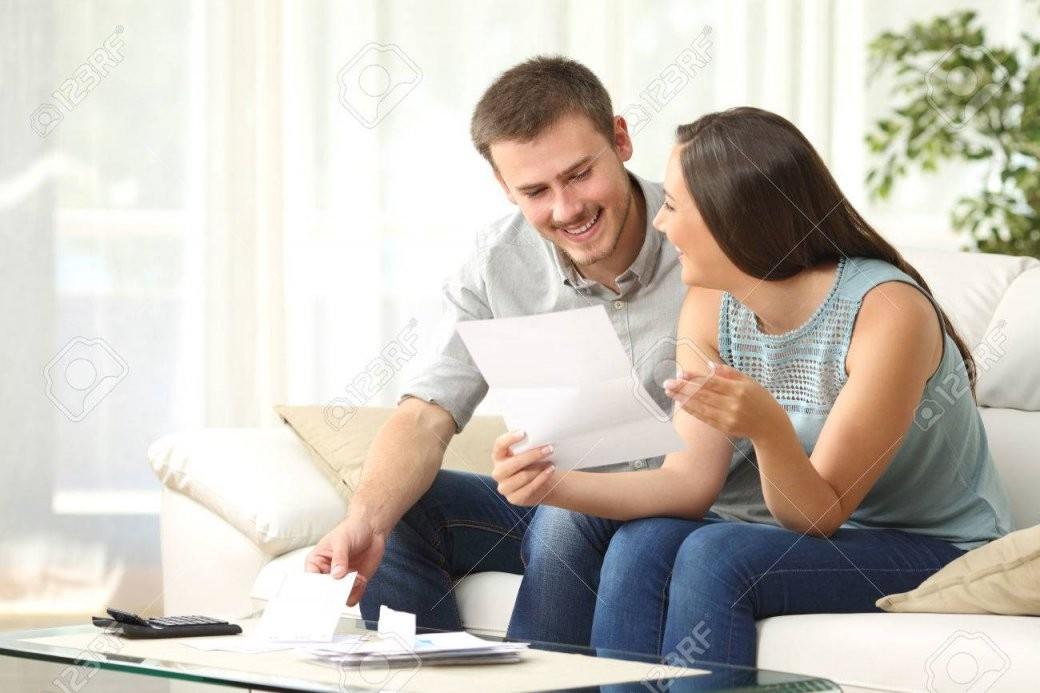 Glückliches Paar Lesen Von Mail Und Überprüfung Buchhaltung Suchen von Buchhaltung Von Zu Hause Photo