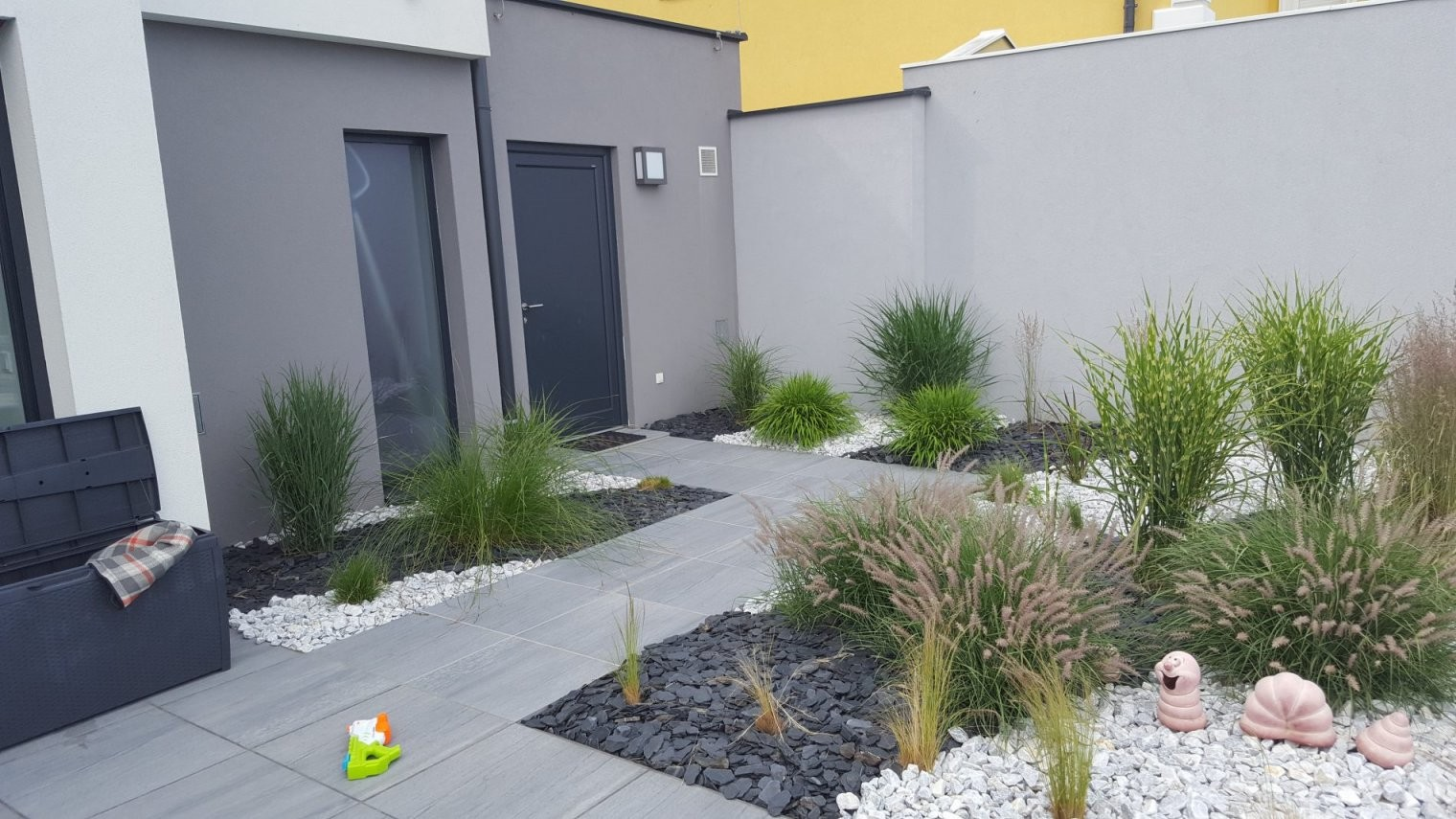 Gräser Und Steine von Gartengestaltung Mit Steinen Und Gräsern Bild