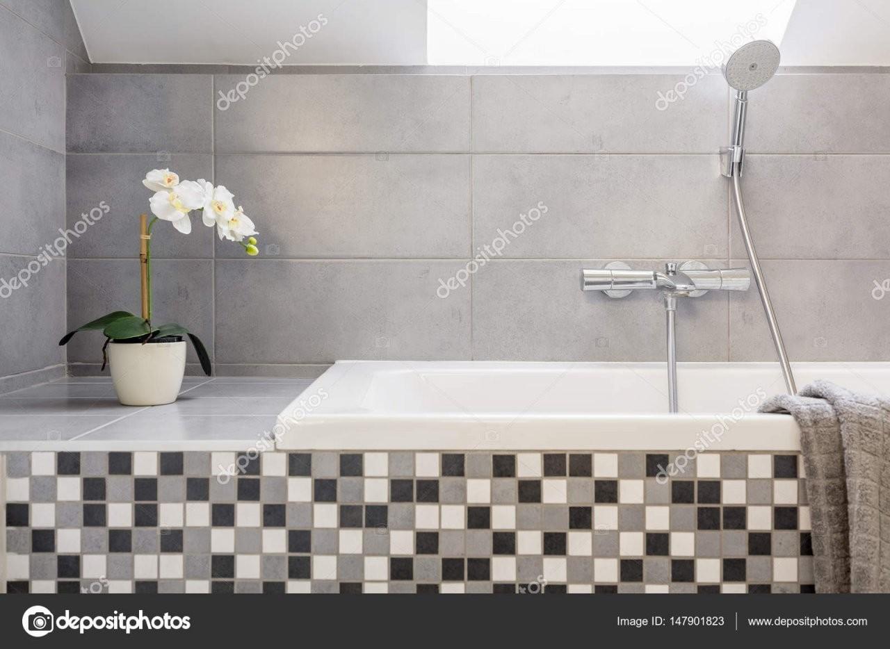 Graue Badezimmer Mit Mosaikfliesen — Stockfoto © Photographeeeu von Mosaik Fliesen Bad Grau Photo